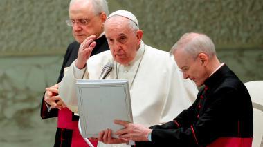 """El papa dice que es urgente ayudar por """"dignidad"""" a países con menos vacunas"""