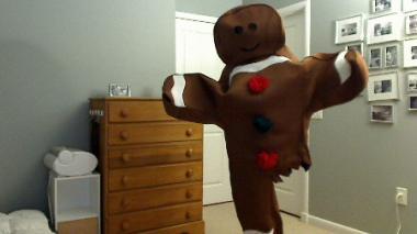 El hombre que con una sola pierna 'encanta' en Halloween