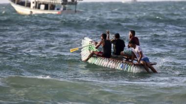 Pescador en Gaza sobrevive con una embarcación de botellas de plástico