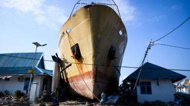 Las imágenes que deja el tsunami volcánico tras golpear Indonesia