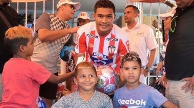 Teo Gutiérrez cumplió una vez más con su tradicional entrega de regalos a los niños de La Chinita