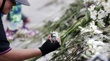 Flores para policías víctimas de atentado con carrobomba en Bogotá