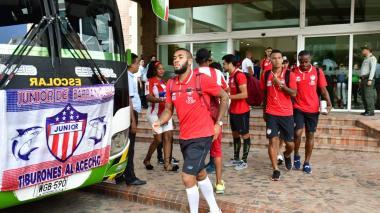 Junior llega al 'Metro' y es recibido con bengalas por los hinchas