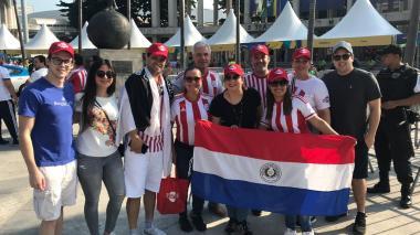 Hinchas de Catar y Paraguay viven la fiesta del fútbol a las afueras del Maracaná