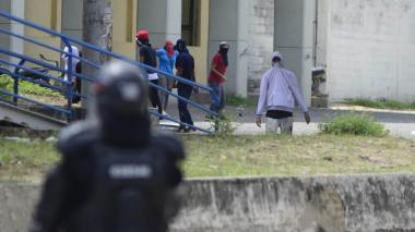 Imágenes del enfrentamiento del Esmad con encapuchados en antigua sede de la UA