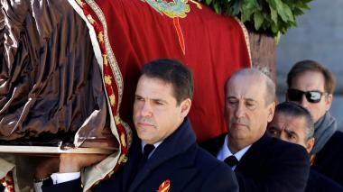 El féretro con los restos de Franco sale de su mausoleo en España