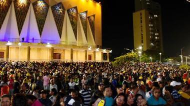 La gente llenó la Plaza de la Paz para la Lectura del Bando