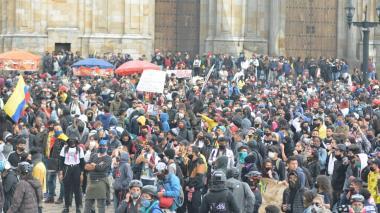 Cientos de personas se concentran en la Plaza de Bolívar en Bogotá