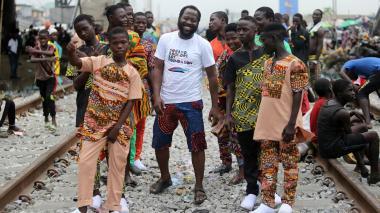 Organizan desfile de moda para niños sin hogar