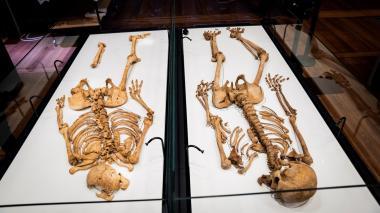 Los esqueletos de dos hermanos son reunidos después de 1000 años