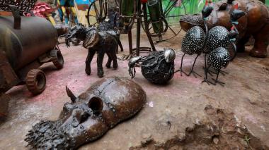 Artista keniano convierte chatarra en obras de arte