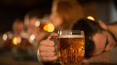 En audio | La insólita pedida de auxilio de un borracho que quedó encerrado en el baño de un bar