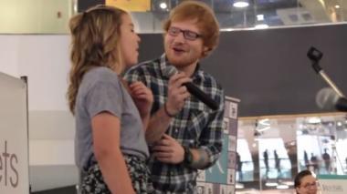 Ed Sheeran sorprendió a una fanática en centro comercial