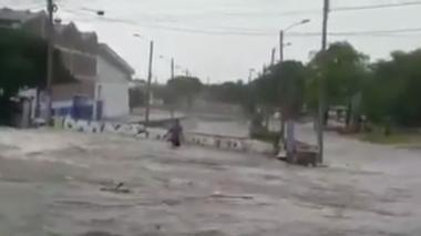 En video: Hombre arrastrado por el arroyo de la 21 se habría salvado