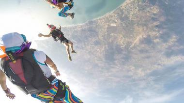 En video | 'Marimondas' se lanzan en paracaídas desde 14.000 pies de altura