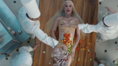 Katy Perry se cocina en el video de 'Bon Appétit'