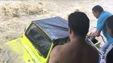 En video   Habitantes de Las Moras evitan que carro sea arrastrado por arroyo
