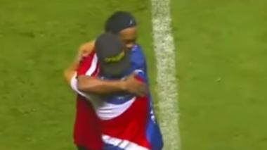 En video | Ronaldinho detiene a guardia de seguridad para abrazar a un hincha