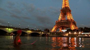 Surf con mensaje ecológico bajo la torre Eiffel