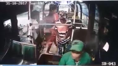 Dos hombres y una mujer atracan bus de Sobusa en la 17