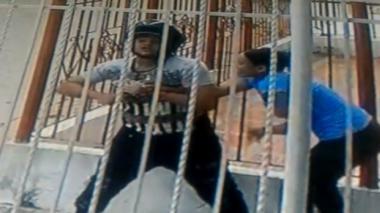 Cámara de seguridad registra forcejeo entre mujer y atracador en el barrio Chiquinquirá