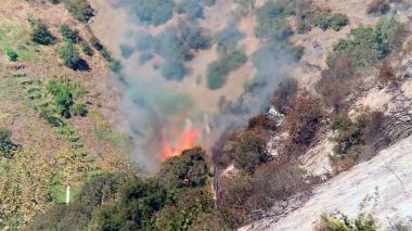 Vientos huracanados complican incendios en California