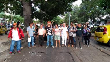 Carrera 58 bloqueada por protestas de usuarios de Coomeva