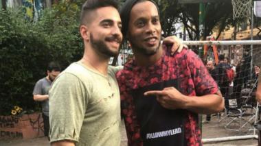 """El video en el que Maluma se """"enfrenta"""" a Ronaldinho"""