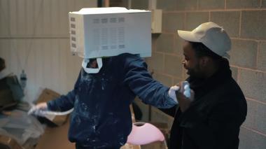 Un 'youtuber' arriesga su vida metiendo la cabeza en un microondas