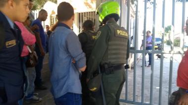 Instante en que el sospechoso del atentado a la estación de Policía del barrio san José era ingresado a Medicina Legal.