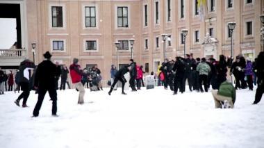 Visitantes y locales llegan al Vaticano para jugar con la nieve