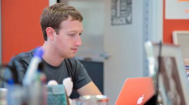 Crece escándalo de Facebook a espera de testimonio de Zuckerberg