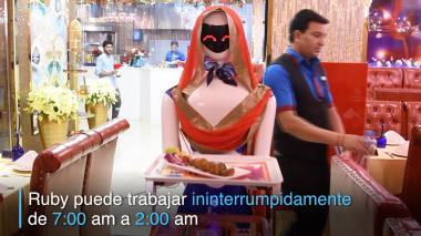 Esta es la camarera-robot  que trabaja 19 horas diarias en Dubái
