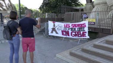 Sigue cierre de la Torre Eiffel: turistas decepcionados