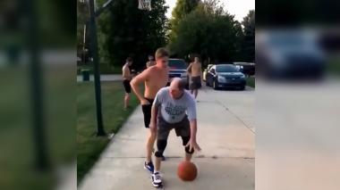 En video   Joven pierde partida de baloncesto ante su abuelo