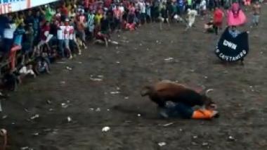 La impresionante embestida de un toro a un mantero en Santo Tomás