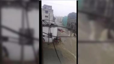 Arroyo El Hospital arrastra a este carro con sus ocupantes adentro