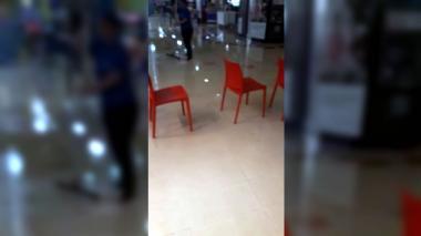 En video   Tras lluvia de esta tarde, se inunda plazoleta de comidas de centro comercial en el suroriente