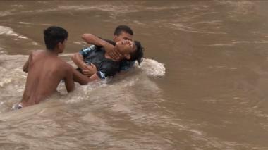 Hondureños desafían río para alcanzar caravana rumbo a EEUU