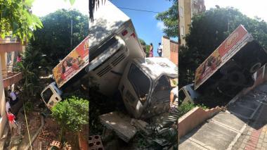 Camión queda sin freno y choca contra pared de conjunto residencial en Miramar