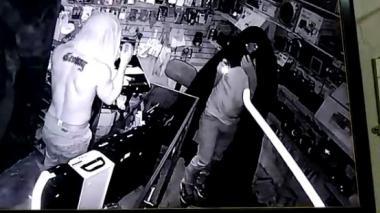 En video | Con trapos en la cabeza delincuentes hurtan negocio de celulares