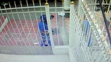 En video | Cámara registra robo a mano armada en San José