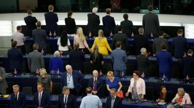 En video | Eurodiputados pro-Brexit dan la espalda mientras suena el himno europeo