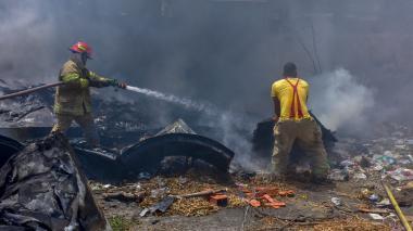 Momento en que los bomberos controlan las llamas.