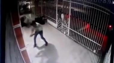 En video | Así huyeron supuestos delincuentes luego que propietario de vivienda les disparara