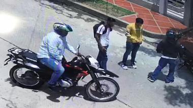 En video | Delincuentes en dos motos atracan a jóvenes en el barrio Paraíso