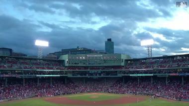En video | 'Big Papi' reaparece tras ser baleado y hace el primer lanzamiento del juego entre los Medias Rojas y los Yankees