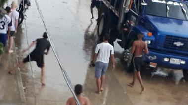 En video | Vuelven las pandillas a hacer de las suyas bajo la lluvia: reportan enfrentamiento en El Pueblito