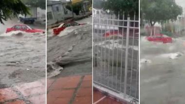 Ciudadanos registran carro arrastrado por arroyo en El Recreo