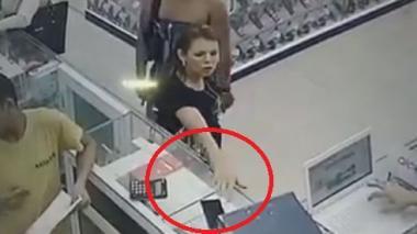 En video   'Manos de seda' intentó robar celular en el Centro, pero la cogieron en el acto
